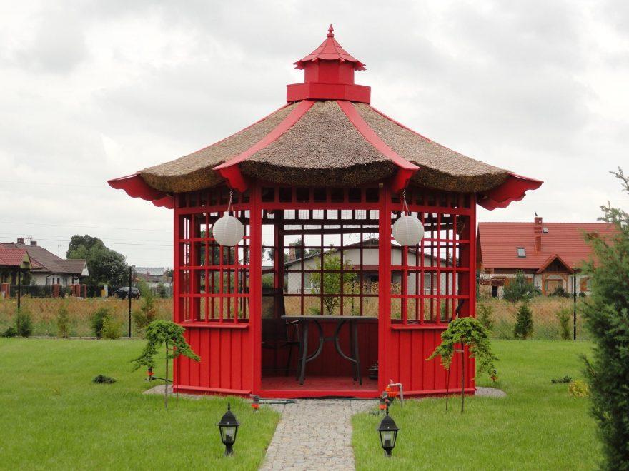 kinesisk pavillon med stråtag