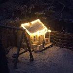 Lille Otto legehus i træ julebillede fra vores kunde - Sølund Huse