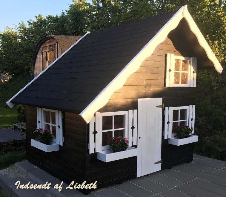 Sølund Huse et stort legehus i træ med hems. Se alle vores legehus tilbud på www.sølundhuse.dk