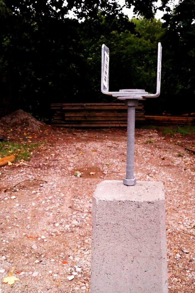 Stolpefod til fundament med justerbar beslag fra www.solundhuse.dk
