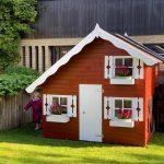 Lille Marie legehus er kåret som årets og bedste legehus. Legehuset er i træ. køb legehus hos www.sølundhuse.dk