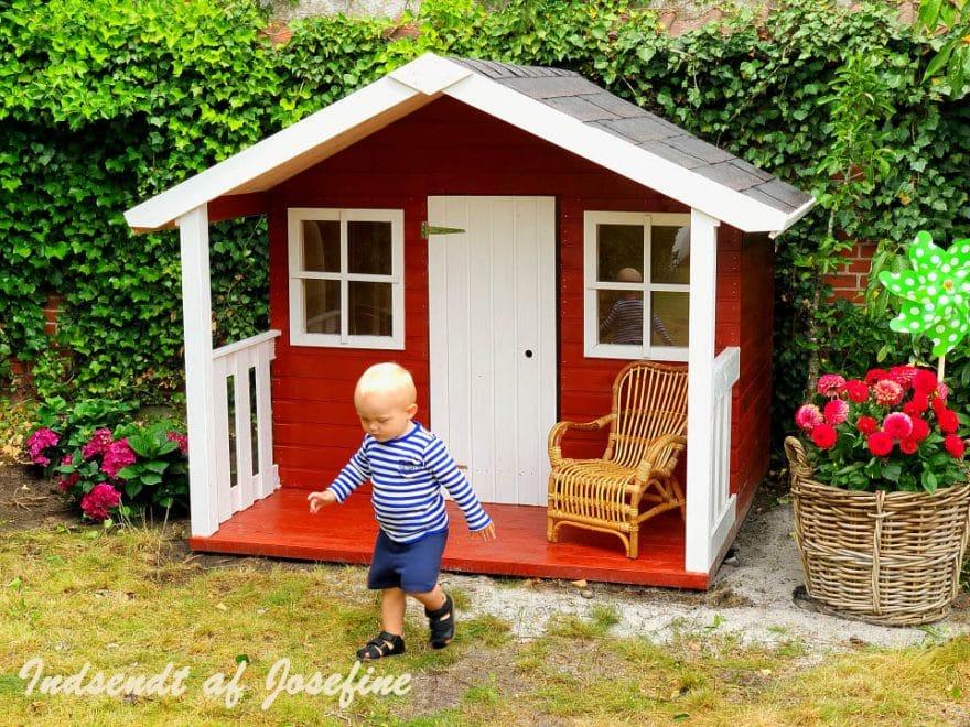 Billigt legehus i træ fra sølundhuse.dk dette Felix legehus er med terrasse og to vinduer