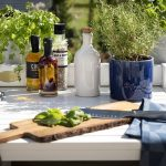 Udekøkken i træ med vask kan købes hos Sølund Huse