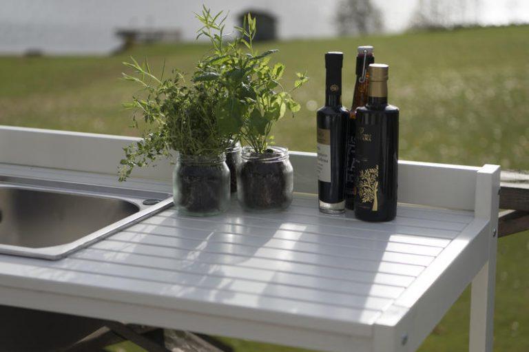 Udekøkken i træ og med vask i rustfri stål fra www.solundhuse.dk