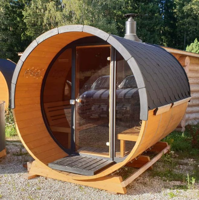 sauna med brændeovn og glasfront fra Sølund Huse