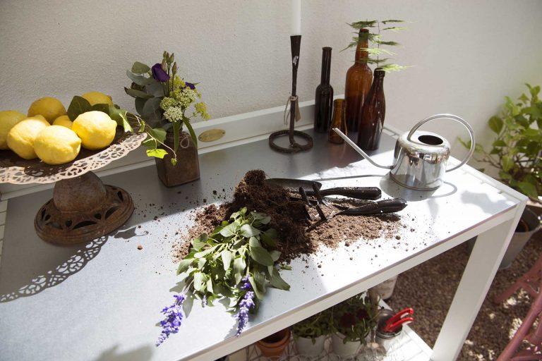 arbejdsbord i træ vist i brug fra solundhuse.dk
