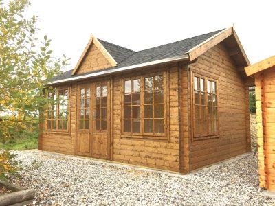 20 m2 bjælkehytte fra solundhuse.dk lavet af træ og som samlesæt til byg selv