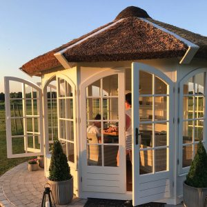 Træ pavillon med stråtag fra Sølund Huse