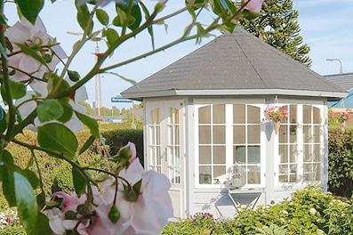 Smuk ingrid pavillon / lysthus med 4 vinduespartier i solid træ fåes hos www.sølundhuse.dk
