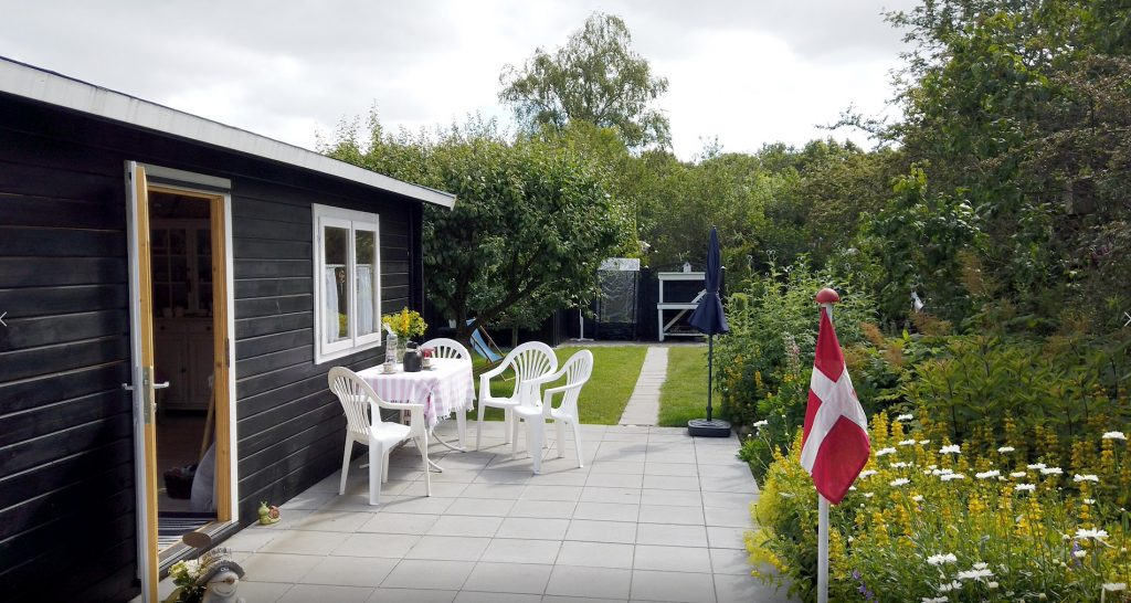 Dette billede er en del af Annis historie, læs om kolonihave indretning og valg af det rigtige kolonihavehus hos www.sølundhuse.dk