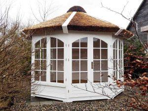 12 m2 stråtækt pavillon i træ fra www.sølundhuse.dk