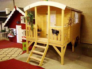Lille Børge legehus på stylter / cirkusvogn kan ses i udstillingen hos Sølund Huse eller på www.sølundhuse.dk