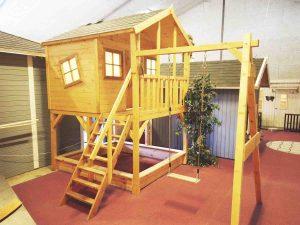 Lille bella legehus med gyngestativ, rutschebane og på stylter - se det i vores udstilling eller på www.sølundhuse.dk