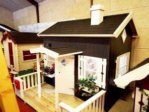 Lille Anders Legehus med hems og terrasse kan ses hos www.sølundhuse.dk eller i vores udstilling hos Sølund Huse