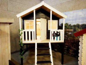 Lille peter legehus på stolper. Se legehuset i vores udstilling eller på www.sølundhuse.dk