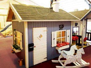 Lille Amanda et stort træ legehus med hems fra sølund huse