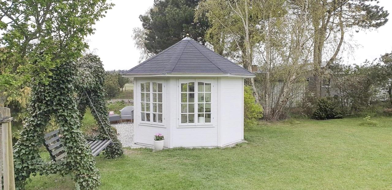 Smuk pavillon i haven fra Sølund Huse