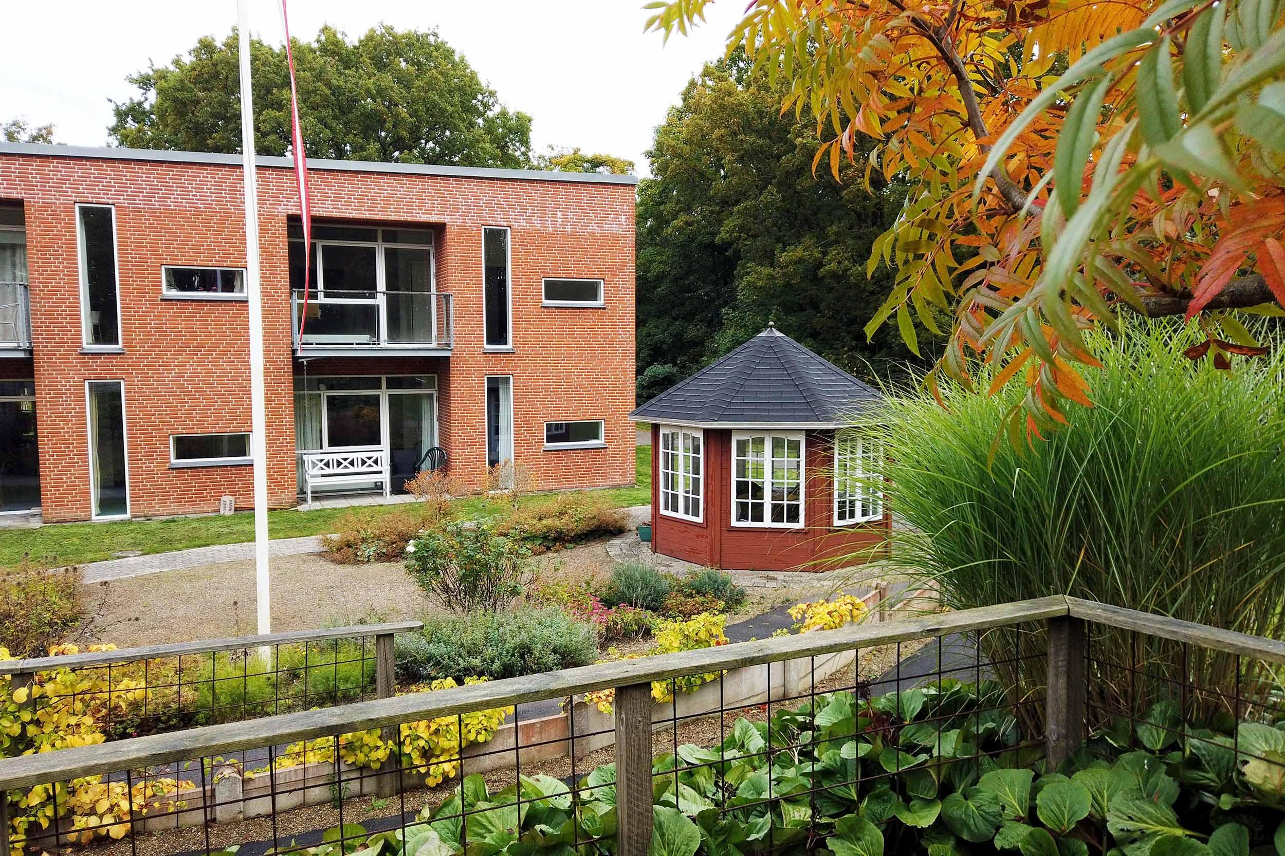 Sansehaven på Plejecenter Østervang med pavillon fra Sølund Huse